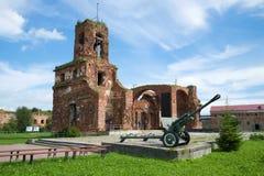 圣约翰大教堂-以纪念Oreshek堡垒的防御者的一份纪念品废墟在巨大爱国战争期间的 免版税库存图片