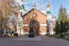 圣约翰寺庙的教区与一座纪念碑的先行者1890对圣在他前面的卢卡Voyno-Yasenetsky在 免版税库存图片