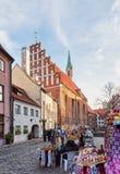 圣约翰教会和摊位在圣诞节的老里加 免版税库存照片