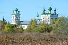 圣约翰教会的圆顶的看法在Vyazhishchsky修道院里, 10月下午 诺夫哥罗德地区 免版税库存照片