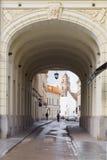 圣约翰教会视图通过曲拱,维尔纽斯,立陶宛钟楼  库存照片