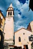 圣约翰教会钟楼浸礼会教友在布德瓦,黑山老镇  库存图片