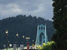 圣约翰斯桥梁在波特兰俄勒冈在阳光下 免版税库存图片