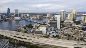 圣约翰斯河通过街市杰克逊维尔佛罗里达鸟瞰图的中心跑 免版税库存图片