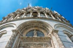 圣约翰洗礼池罗马式洗礼池详述的看法在奇迹广场主教座堂广场的在比萨,托斯卡纳,意大利 库存图片