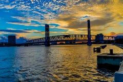 圣约翰的在日落的河桥梁 免版税库存照片