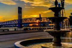 圣约翰的在日落的河桥梁 免版税图库摄影