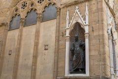圣约翰福音传教士古铜色雕象, Orsanmichele细节  免版税库存照片