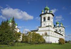 圣约翰福音传教士钟楼和教会在10月的开头部分Nikolo-Vyazhytsky修道院里 诺夫哥罗德地区 免版税库存图片