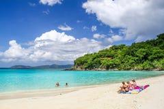 圣约翰, USVI -树干海湾访客游泳和晒日光浴 图库摄影