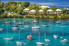 圣约翰, USVI -风船和江边别墅 免版税库存图片