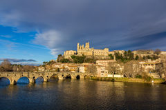 圣纳泽尔大教堂和Pont Vieux看法在贝济耶,法国 免版税库存照片