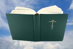 圣经书剪报被开张在路径天空 库存照片