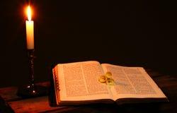 圣经书蜡烛 免版税库存图片