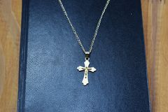 圣经和金黄十字架 免版税库存图片