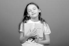 圣经女孩年轻人 免版税库存图片