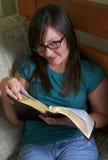 圣经她读青少年的空间 库存图片