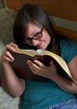 圣经她读青少年的空间 库存照片