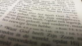 圣经部分约翰 在荷兰圣经的3:16 免版税库存图片
