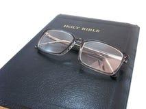 圣经闭合的眼镜 免版税库存图片