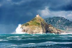 圣胡安与风大浪急的海面的de gaztelugatxe 免版税图库摄影
