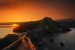 圣胡安在日落的de Gaztelugatxe 免版税库存图片
