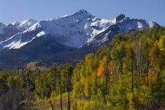 圣胡安山的接合的峰顶和秋天颜色 免版税库存照片