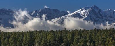 圣胡安山看法与云彩的在Ridg之外的峰顶下 库存照片