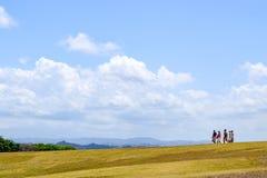 圣胡安,波多黎各- 2014年4月02日:使他们的方式的游人下坡 免版税图库摄影