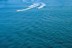圣胡安,波多黎各- 2014年4月02日:喷气机在海洋的滑雪车手 免版税库存照片