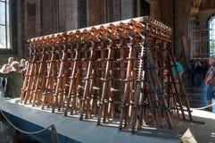 圣艾萨克斯大教堂的内部,圣彼德堡,俄罗斯 为举大教堂专栏使用的脚手架模型 库存图片