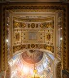 圣艾萨克斯大教堂的内部,圣彼德堡,俄罗斯-天花板全景ornated与圣经绘画 库存照片
