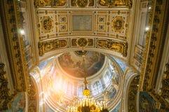 圣艾萨克斯大教堂的内部,圣彼德堡,俄罗斯-天花板全景ornated与圣经绘画 免版税库存照片
