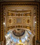 圣艾萨克斯大教堂的内部,圣彼德堡,俄罗斯-天花板全景ornated与圣经绘画 免版税库存图片