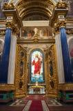 圣艾萨克斯大教堂的内部,圣彼德堡,俄罗斯-装饰和污迹玻璃窗与圣经绘画 免版税库存图片