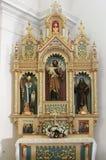 圣若瑟法坛在圣十字在锡萨克,克罗地亚教会里  免版税库存照片