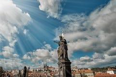 圣若翰洗者雕象查理大桥的有布拉格城堡的 库存照片