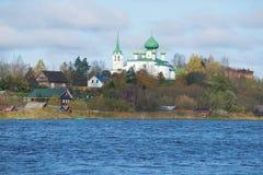 圣若翰洗者诞生的教会从Volkhov河云彩10月天 Staraya拉多加,俄罗斯 免版税库存图片