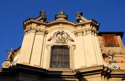 圣菲利波被日光照射了的Neri教会和有深蓝天的背景在市中心在Lodi在伦巴第(Italy& 免版税库存图片