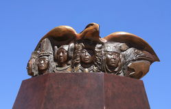 圣菲, NM :印地安雕塑-红色被盯梢的鹰的人们, 2012年 免版税库存照片