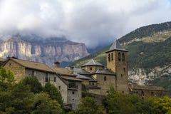 圣萨尔瓦多教会在托尔拉,在Ordesa谷的Ordesa y Monte Perdido国家公园旁边  库存图片