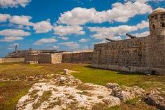 圣萨尔瓦多de la蓬塔老殖民地城堡  卡斯蒂略台尔Morro灯塔在哈瓦那 老堡垒古巴 库存照片