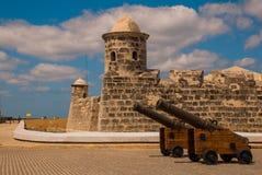 圣萨尔瓦多de la蓬塔老殖民地城堡  在入口的枪立场 古巴哈瓦那 库存图片