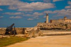 圣萨尔瓦多de la蓬塔老殖民地城堡  在被破坏的墙壁的枪  卡斯蒂略台尔Morro灯塔 古巴哈瓦那 免版税库存图片