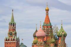 圣蓬蒿有Spasskaya的` s大教堂圆顶在莫斯科耸立反对剧烈的多云天空夏日 库存照片