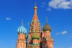 圣蓬蒿红场的` s大教堂圆顶在蓝天背景的莫斯科在晴朗的夏天晚上 库存图片