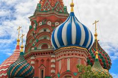 圣蓬蒿红场的` s大教堂葱圆顶在反对蓝天的莫斯科特写镜头与白色云彩 免版税图库摄影