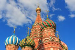 圣蓬蒿红场的` s大教堂葱圆顶在蓝天的莫斯科与白色覆盖背景晴朗的夏天晚上 免版税库存照片