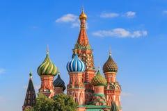 圣蓬蒿` s大教堂葱圆顶在反对蓝天的莫斯科在一个晴朗的夏天晚上 库存照片