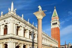 圣西奥多和钟楼,威尼斯的专栏 免版税库存图片